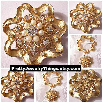 Pearls Crystals Star Pin Brooch Gold Tone Vintage Sarah Coventry Two Piece Brushed Ribbed Wavy Ribbon White Beads Clear Stones