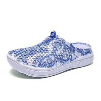 Summer Women Floral Print Clogs Shoes Beach Breathable Slippers Waterproof Clogs For Women Blue-And-White Mule Clogs