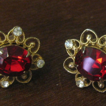 Stunning Vintage 1940 Coro Gold Tone Red And Clear Rhinstone Screw Back Earrings