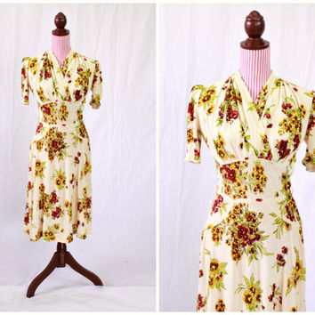 1940s Dress / VINTAGE / 40s Dress / Cream / Flower Print / Fitted / WWII / ADORABLE