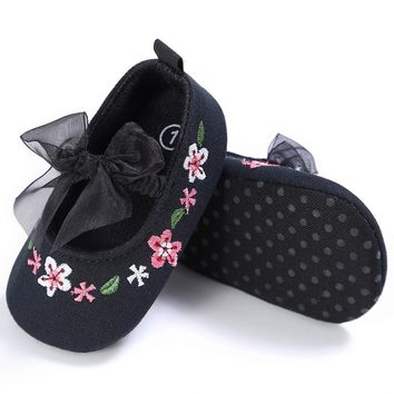 Beautiful Hand Embroidery Flower Design Elastic Band Newborn Baby Cotton Shoes For Girls