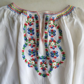 Vintage top | 1970s peasant blouse with embroidery