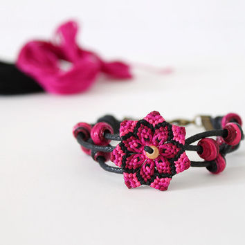 Flower mandala macramè bracelet with cotton beads pink black