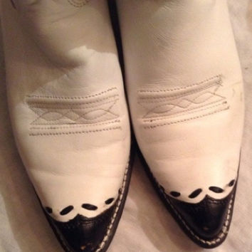Vintage Texas brand white and black wingtip leather cowboy cowgirl boots size 7