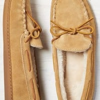 AEO Men's Minnetonka Pile Lined Hardsole Moccasin (Tan)