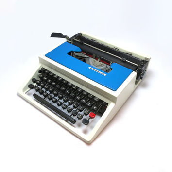 1970s Retro Blue/White Vintage Underwood 315 Portable Manual Typewriter. Including Plastic Carry Case, Made in Spain.