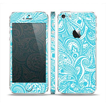 The Light Blue Paisley Floral Pattern V3 Skin Set for the Apple iPhone 5