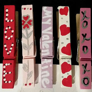 Valentine card holder wooden clothes pins with twine, hand painted, set of 5 clips, love, blooming hearts, my Valentine, hearts, hugs & kiss