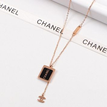 8DESS Chanel Women Fashion Chain Necklace Jewelry  Black/White