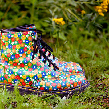 FREE SHIPPING Vintage Floral Dr. Martens womens US 9