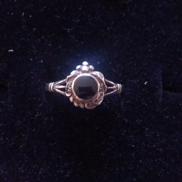 Vintage Ring Sterling Silver & Onyx Round Antique Look Setting Sz 8 9 and 10 014