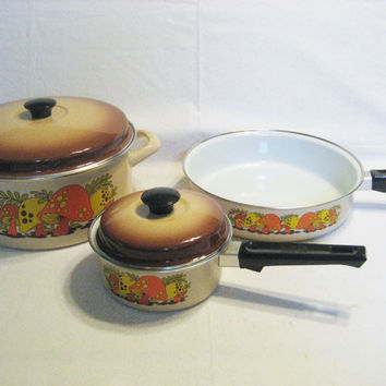 5 Piece Biege and Brown Enamelware Pots and Pans with Mushroom Decorations Vintage 1970s