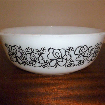 "Vintage 1970s 2 Pint (1.25 Litre) Crown Pyrex Round Casserole Dish Featuring  the ""Floral Bubbles"" Pattern / Retro Black Floral Pattern"