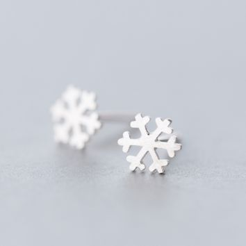 Dainty brushed snowflake earrings + Gift box ALQ1026E