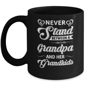 DCKIJ3 Never Stand Between A Grandpa And His Grandkids Fathers Day Mug
