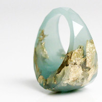 size 8 seafoam round faceted eco resin ring featuring gold leaf flakes