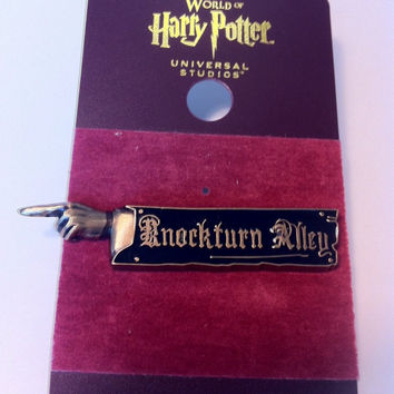 Universal Studios Wizarding Harry Potter Knockturn Alley Pin Sign New with Card