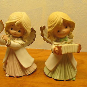 A SET OF TWO HOMCO PORCELAIN ANGELS PLAYING MUSICAL INSTRUMENTS