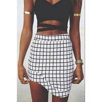 BLACK AND WHITE PLAID PERSONALITY SHORT SKIRT