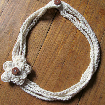 Crocheted cream flower necklace with brown button closure, crocheted flower jewelry, flower necklace, flower chain necklace, summer jewelry