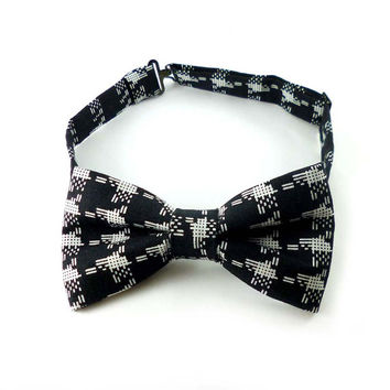 Black and white bow tie – pre tied adjustable – geometric print cotton fabric – adult mans bowtie modern style