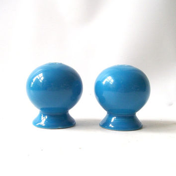 vintage fiestaware blue salt pepper shakers round ball kitchen kitchenware housewares decorative home decor serving retro modern fiesta ware