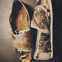 10/7 SALE Official Real Tree Camo with animals Toms (Women)