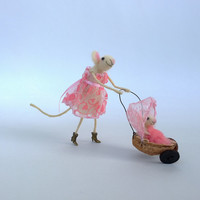 Felt mouse mom and baby carriage Funny mice miniature Baby shower Newborn Whimsical Waldorf animal Woolen figurine Mother child Dollhouse