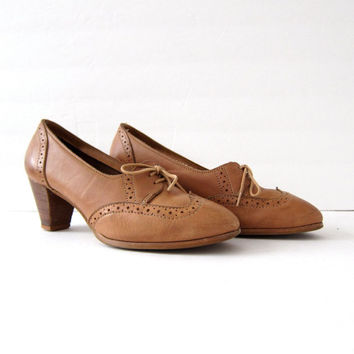 20% OFF SALE Vintage 70s leather oxfords. High heel oxfords. Wooden heel shoes. Wing tip shoes. Librarian shoes.