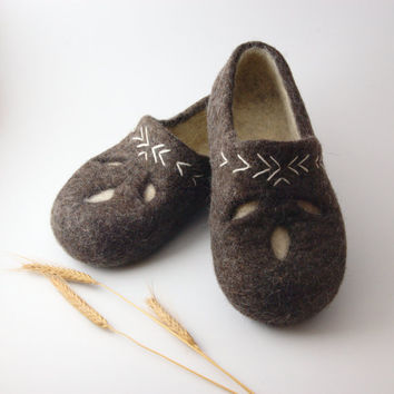 Felted wool clogs ethno style ecological slippers by Eidrasa