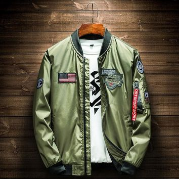 Trendy Army Green Bomber Jacket Men Fashion American Flag Patch Designs Pilot Jacket Ribbons Zipper Pocket Baseball Uniform Male Coat AT_94_13