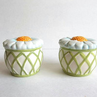Vintage Daisy Salt and Pepper ceramic shakers set, green yellow white, 1970's, Cottage Shabby Farmhouse Chic kitchen