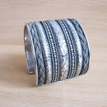 Classy vintage cuff bracelet made of  silver tone metal, filigree ,mesh,1980s