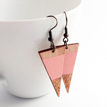 Sparkle triangle wooden earrings - pale pink, natural wood, champagne glitter - minimalist, modern geometric jewelry