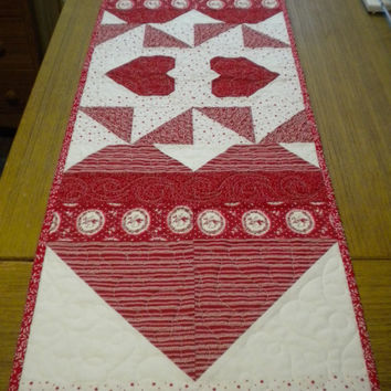 Quilted Table Runner, Valentine table runner, Heart table runner, red and white table topper, Valentine home decor, quilted table topper