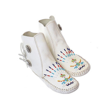 Vintage White Leather Beaded Thunderbird Moccasins 80s 1980s Indian Native Concho Hippie Rainbow Beads Moccasin Boots Ankle Booties / 5-1/2