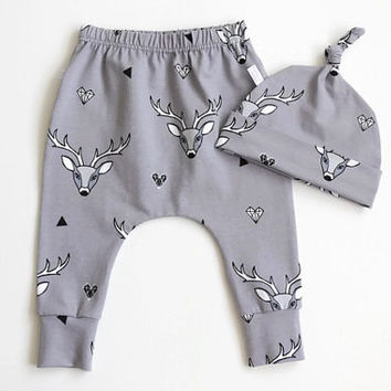 Baby harem pants and knot hat set with deer. Gray jersey knit with stag pattern. Knotted hat and leggings. Baby shower gift set. Grey stags