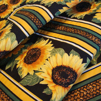 SUNFLOWER TABLE RUNNER - Quilted Table Runner - Handmade Table Decor - Table Topper - Table Textile - Home Decor - Reversible Tablerunner