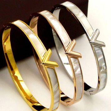 VONEYW7 the south korean wind v letter shell buckles bracelet female 100 titanium steel mother of pearl bracelet accessories are not lost color