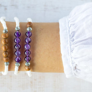 Purple amethyst bracelet, White shells and wood, Womens amethyst jewelry, Minimalist shell bracelet, Small women bracelet, Amethyst healing