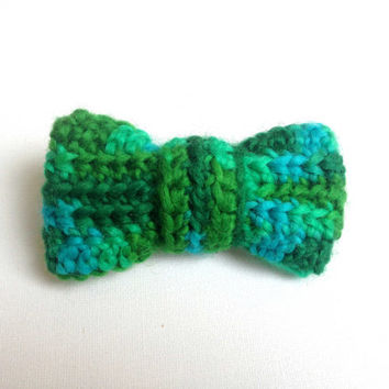 Crochet Bow, Green Bow Brooch, Small Crochet Bow Tie, Clip On, Green and Blue Yarn Bow, Green Crocheted Pin, Chunky Bow, Hand Crocheted