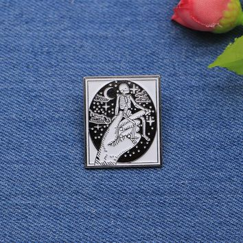 Halloween Terror Brooches Hand Skull Enamel Pin for Boys Lapel Pin Hat/bag Pins Denim Jacket Shirt Women Brooch Badge SC4305