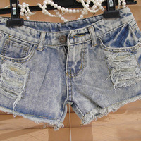 Highwaisted bleached and destroyed shorts [53]