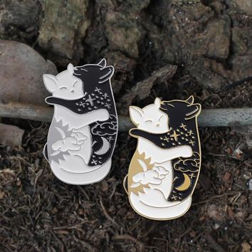 Enamel Cat brooch Black and white Cat embrace night and day sun moon Starry sky Pin lapel Backpack badge Couple gifts