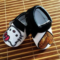 New Hot Cute Pu Baby Moccasins Cuir Hello Kitty Heart Black Bow Baby Boys Girls Toddler Soft Sole Infant Kids Shoes 0-36M