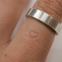 A wedding ring leaves a heart imprint on the finger | Today I Learned Something New
