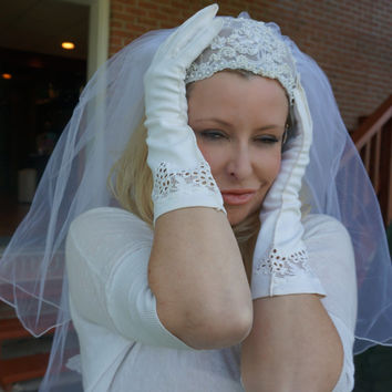 Juilete Veil Gracy Kelly 1950s Finger Tip Bridal Veil Juilete Cap Head Band with Bluster Double Tiered Pearls and Lace