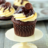 Bakery Ideas / Rolo Cupcakes Recipe | My Baking Addiction
