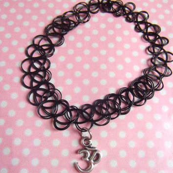 Om 90s tattoo choker