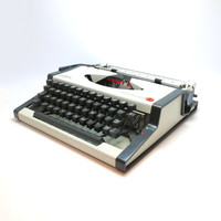 1970s White Working Vintage Manual Olympia Traveller de Luxe S Typewriter. In Good Cosmetic Condition. Case Included.